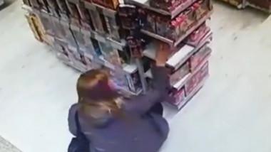 femeie ia ceva de pe raft