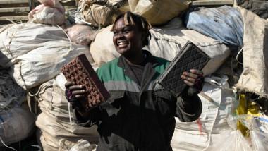 Tânăra din Kenya care reciclează plasticul tine in maini doua caramizi