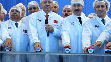 erdogan si alti barbati purtand costume albe cu plase in cap