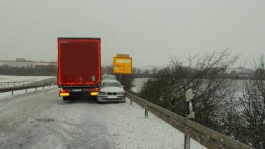 Lkw-Fahrer bringt außer Kontrolle geratenen Pkw zum Stillstand.