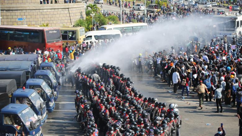 politia foloseste tunuri cu apa pentru a dispersa multimea de protestatari din capitala Myanmarului
