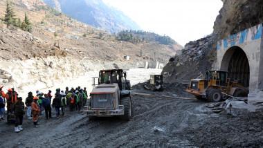 Operațiuni disperate de salvare a celor dispăruți după prăbușirea ghețarului în Himalaya