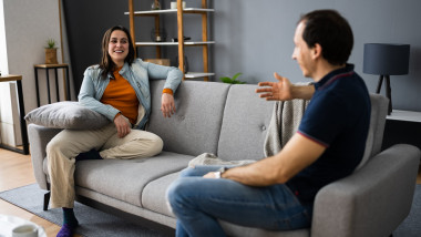 femeie si barbat care interactioneaza pastrand distantarea