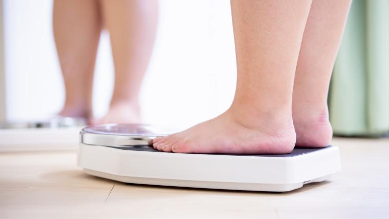 așteaptă în picioare să piardă în greutate