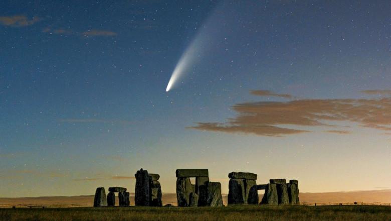O cometă trece deasupra ansamblului Stonehenge