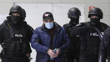 albert florian balint fiul lui sile camataru escortat de politisti pe aeroport_februarie 2021 ED_ed_ogn_4558