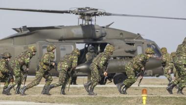 Militari români şi un elicopter Black Hawk la un exerciţiu militar NATO la baza de la Mihail Kogălniceanu