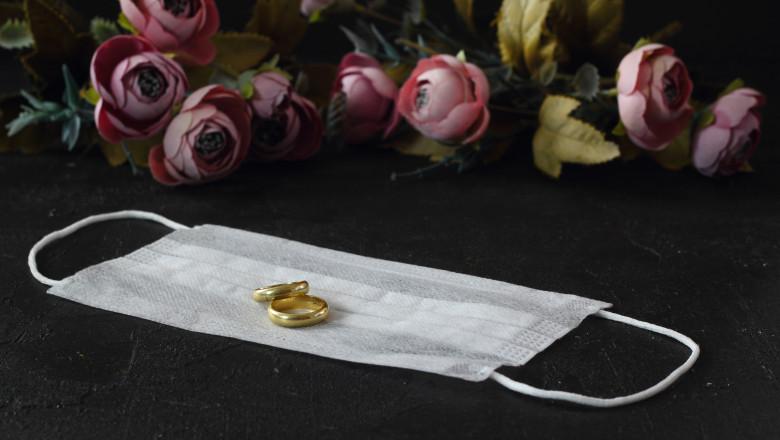 verighete pe o masca sanitara si flori