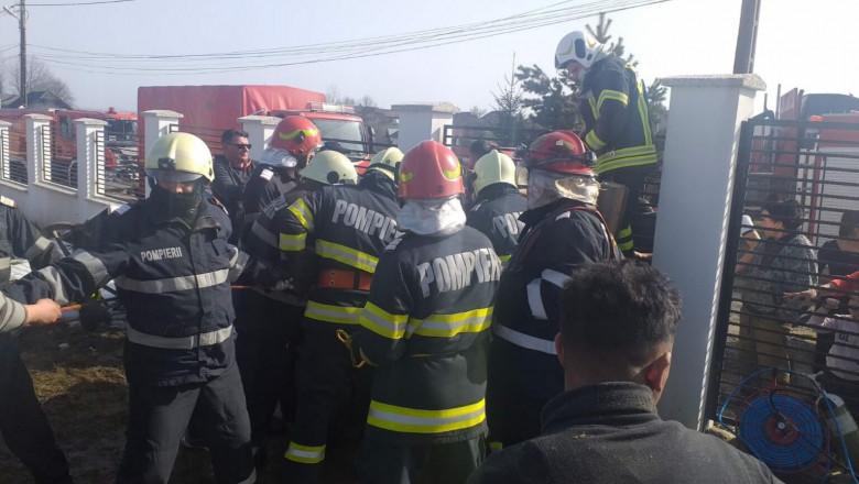 pompieri în misiune pentru a scoate barbatul din fantana