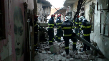 pompieri care actioneaza in urma unei explozie timisoara