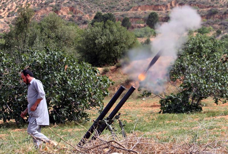 război civil Libia, luptător GNA lansează rachete