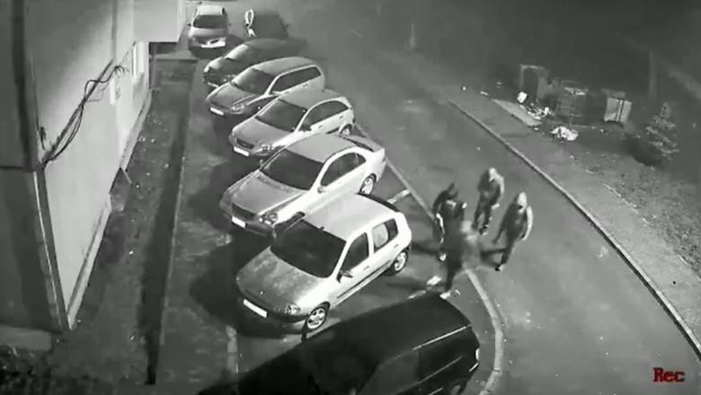 patru tineri se apropie de o masina careia ii fura catalizatorul.