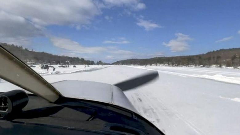 avion care aterizeaza pe un lac inghetat