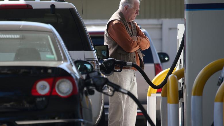 """Prețurile la benzină și motorină sunt tot mai mari: """"Se vede în buzunar. Acum o săptămână băgam de 100 de lei 20 de litri, acum bag 19"""""""