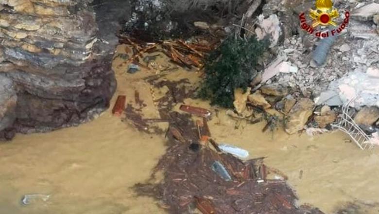 o alunecare de teren a aruncat în mare 200 de sicrie