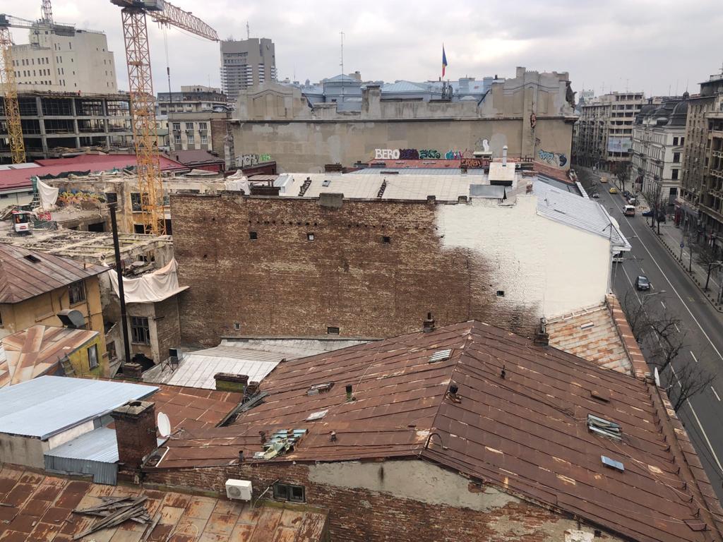 Ce văd turiștii străini de pe terasa hotelului Cișmigiu: Bucureștiul muribund
