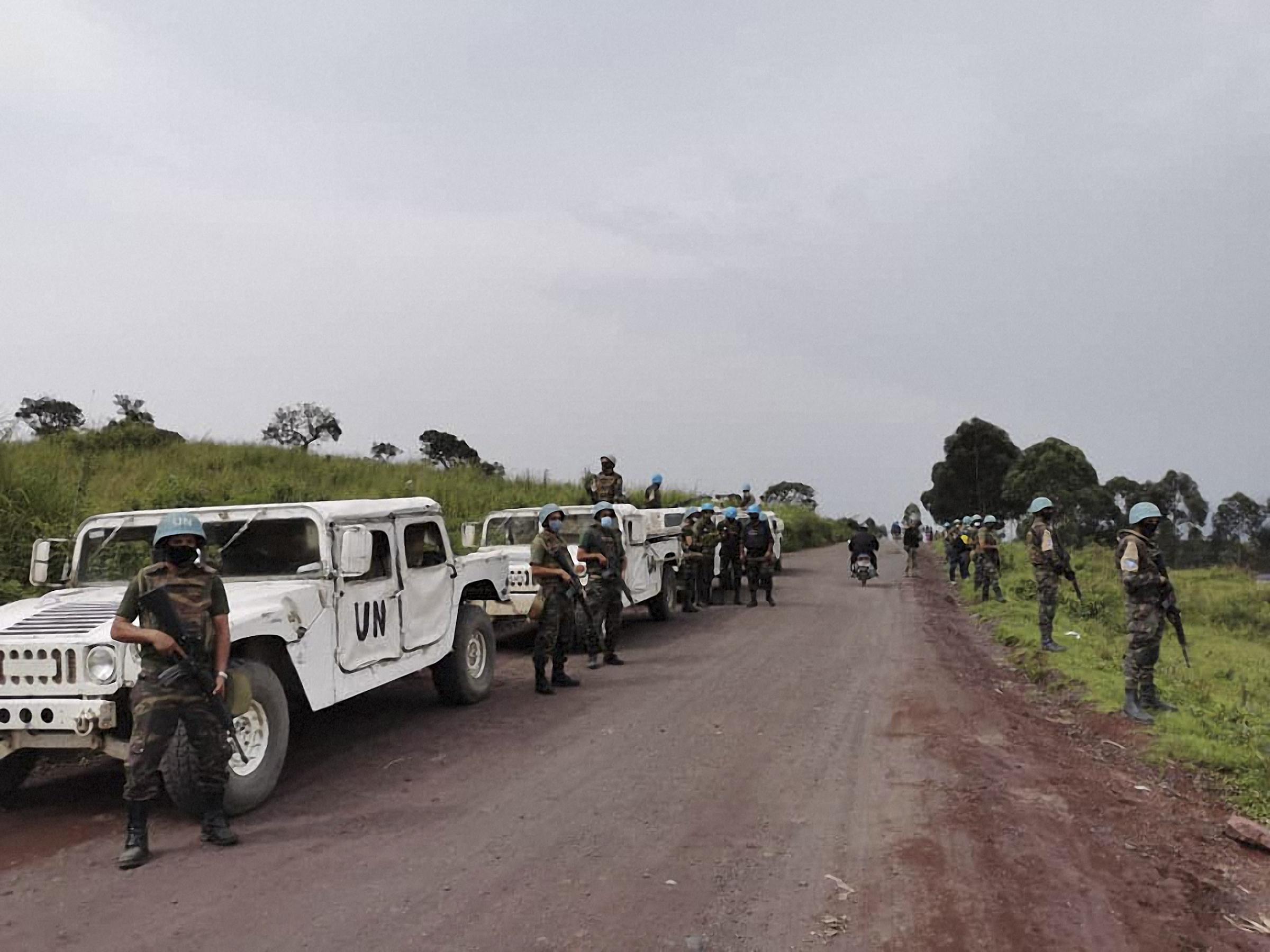 Rebelii acuzați că l-au ucis pe ambasadorul italian în R.D. Congo arată către soldații congolezi și rwandezi