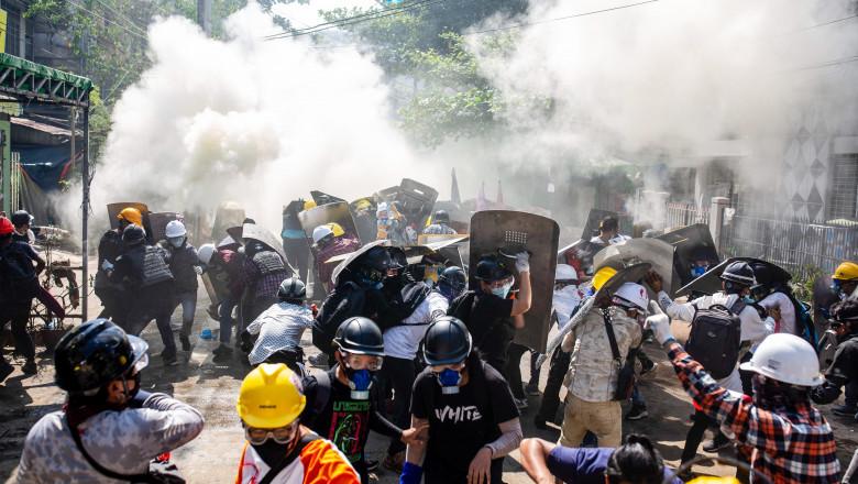 Oameni la proteste în Myanmar