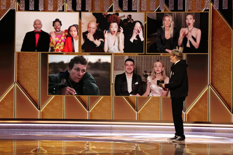 Andra Day (sus, centru) în momentul când e făcut anunțul câștigării Globului de Aur pentru cel mai bun rol feminin într-un film