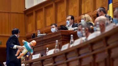 Social democrații au adus păpuși în sală