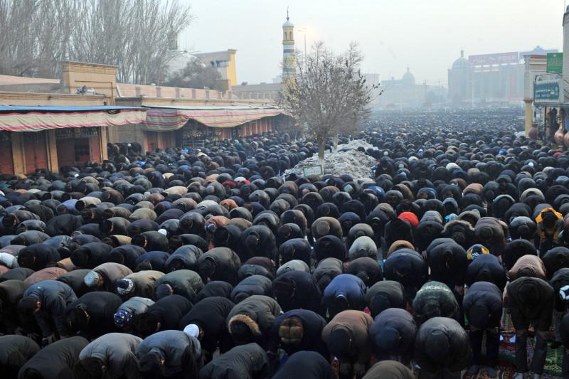Uiguri se roagă într-un oraș din regiunea Xinjiang, China