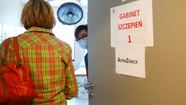 o femeie din cracovia, polonia, intra intr-un centru de vaccinare unde se administreaza astrazeneca.