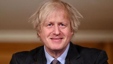 Boris Johnson zâmbește în timpul unei conferințe de presă