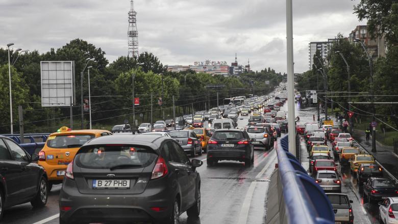 Trafic aglomerat pe un bulevard din București.