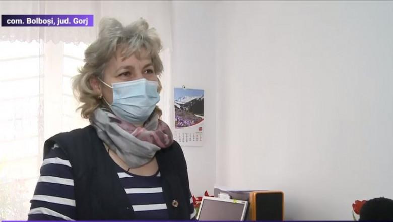 angajat cu masca in biroul de la primaria din judetul gorj