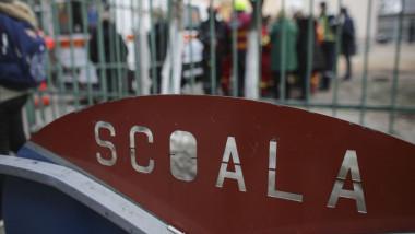 gard pe care scrie scoala la intrarea intr-o unitate de invatamant