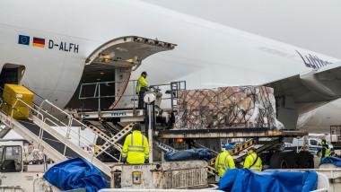 avion cargo transportă doze de vaccin anti-COVID