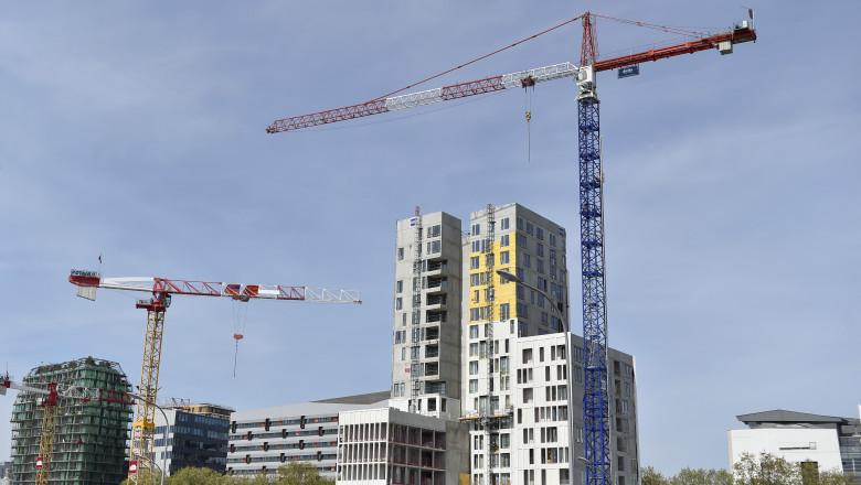 Imobil cu apartamente in constructie la periferia Parisului.