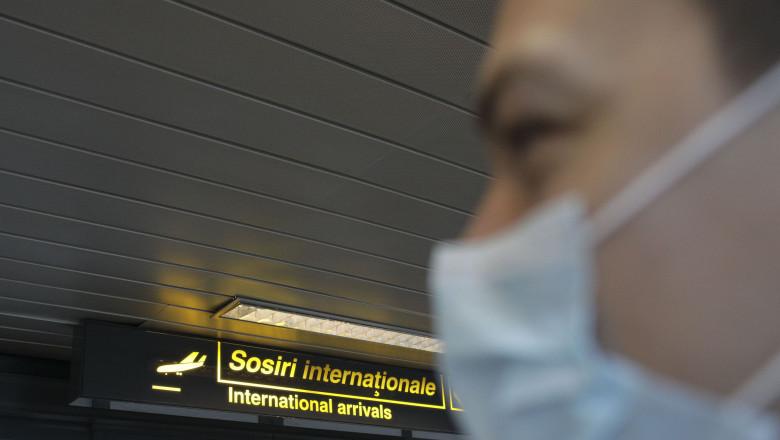 prsoana cu masca in aeroport