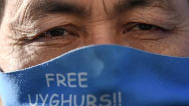 uigur cu masca pe figura protesteaza