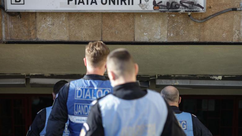 jandarmii intra la statia de metrou piata unirii in timpul protestului de la metrou.