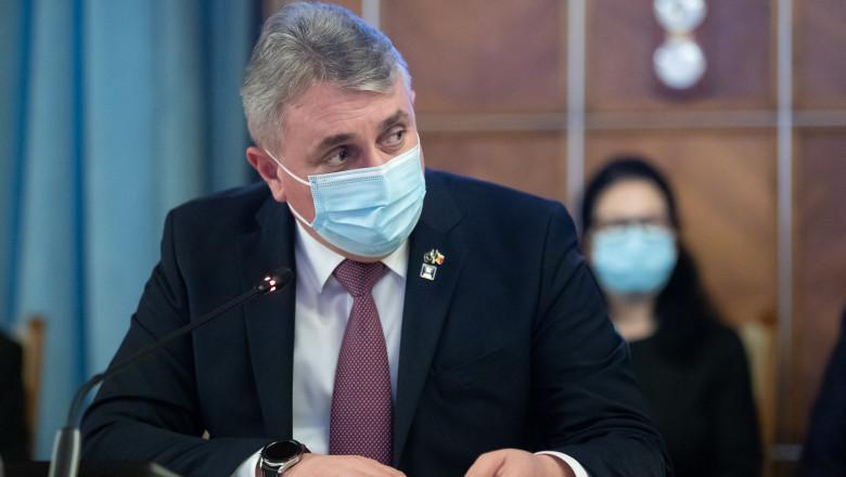 Ministrul afacerilor interne, Lucian Bode, cu masca la o conferinta