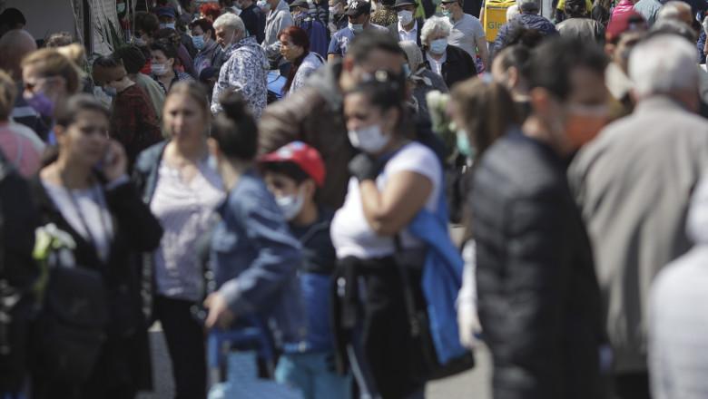 Oameni cu mască de protecție în spațiul public deschis