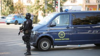 Militar din Brigada Antiteroristă a SRI şi o dubă de intervenţie a SRI