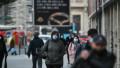 Oameni pe stradă, în București.