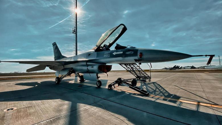 avion F-16 din dotarea Forțelor Aeriene Române pe pistă, la baza aeriană Borcea