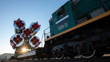 Mașină inscripționată cu steagul Rusiei duce corpul unei rachete spre o zonă de lansare.