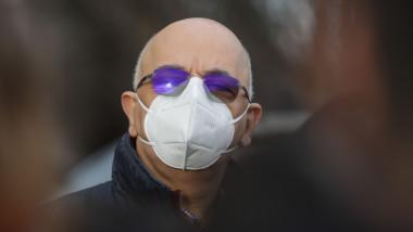 Raed Arafat poartă mască.
