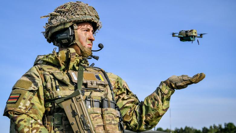 Militar britanic lansează o mini-dronă de supraveghere