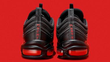 Pantofii Satan cu picături de sânge în interiorul tălpii.