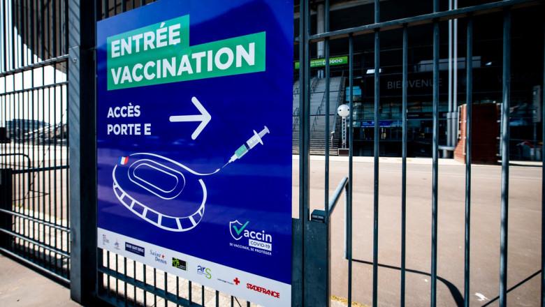 Visite de l'installation du centre de vaccination au Stade de France ŕ Saint-Denis
