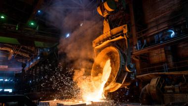 Un bărbat a sărit într-un furnal cu oțel încins