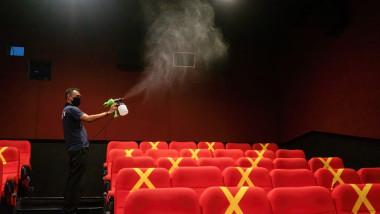 Sala de cinema cu scaune rosii dezinfectate.