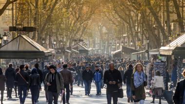 oameni pe strada in spania