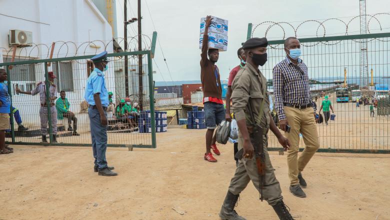 Supravieţuitori ai unui atac jihadist din nordul Mozambicului, escortaţi de armată