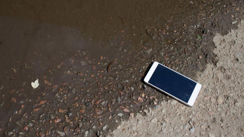 telefon langa un lac